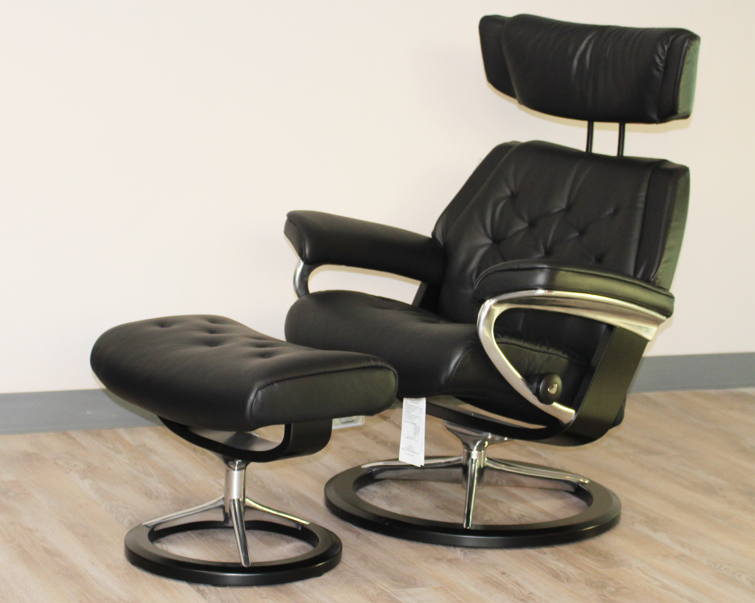 stressless skyline signature base medium paloma black leather recliner chair by ekornes - Black Leather Recliner Chair